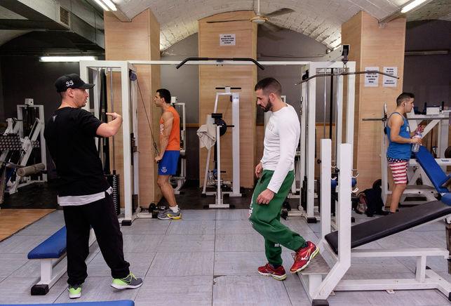 El gimnasio social Sant Pau tiene las puertas abiertas para todos aquellos a quienes se le suelen cerrar. F. G. Robles
